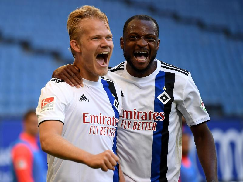 Torschütze Joel Pohjanpalo (l) bejubelt sein Tor zum 2:1 mit dem Doppeltorschützen David Kinsombi. Foto: Stuart Franklin/Getty Images Europe/Pool/dpa                                 Stuart Franklin